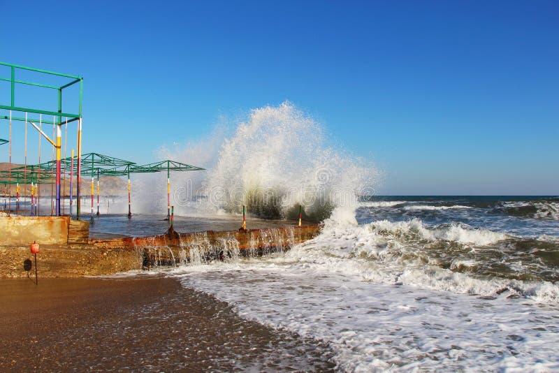 Перерывы волн на береге в Крыме в осени стоковое фото