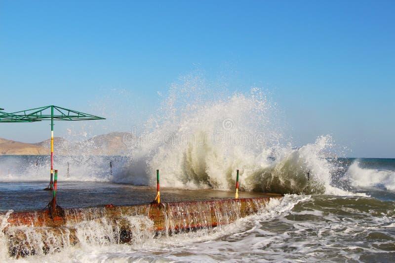 Перерывы волн на береге в Крыме в осени стоковая фотография