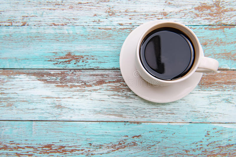 Перерывы на чашку кофе смолотые на деревянном цвете стоковое изображение