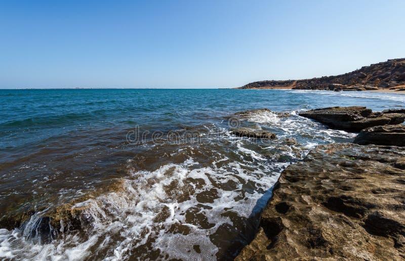Перерывы океанских волн на утесе стоковые изображения