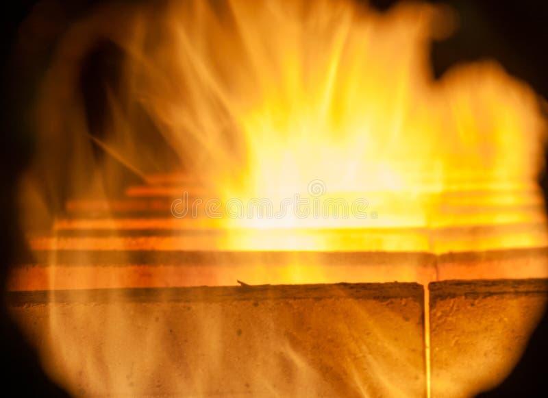 Перерывы пламени вне между кирпичной кладкой стоковая фотография rf