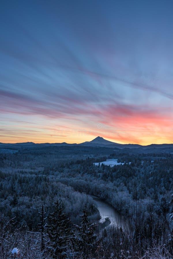 Перерывы цвета над клобуком Mt и замороженным лесом ниже стоковые изображения rf
