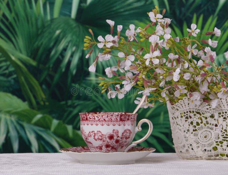 Перерыв на чашку кофе в экзотическом саде стоковые изображения rf