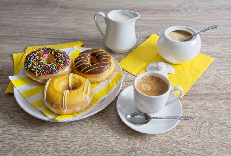 Перерыв на чашку кофе и донуты стоковая фотография rf