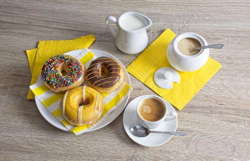 Перерыв на чашку кофе с донутами стоковое изображение rf