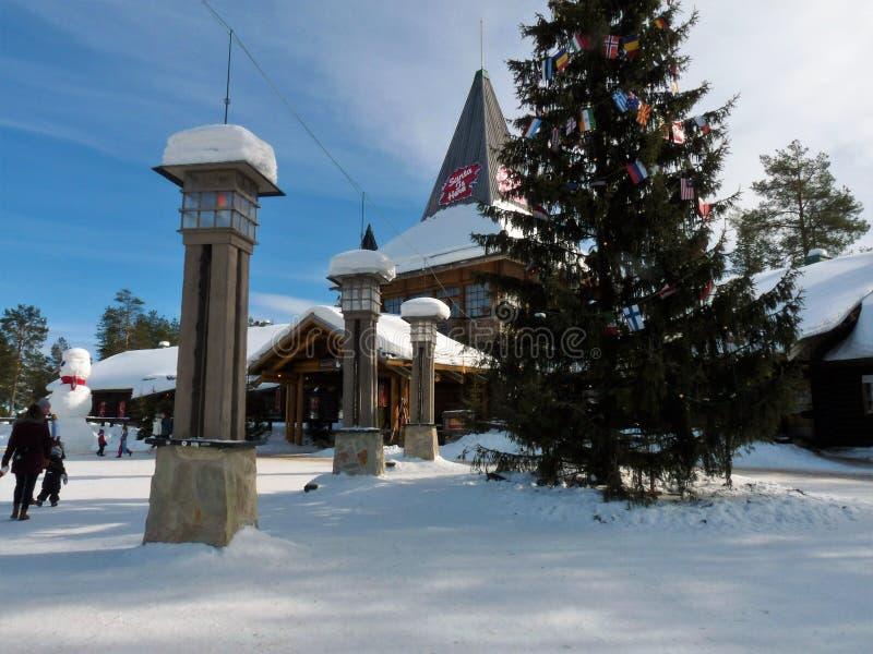 Пересекать Полярный круг на деревне Санта Клауса в Rovaniemi, финская Лапландия стоковая фотография