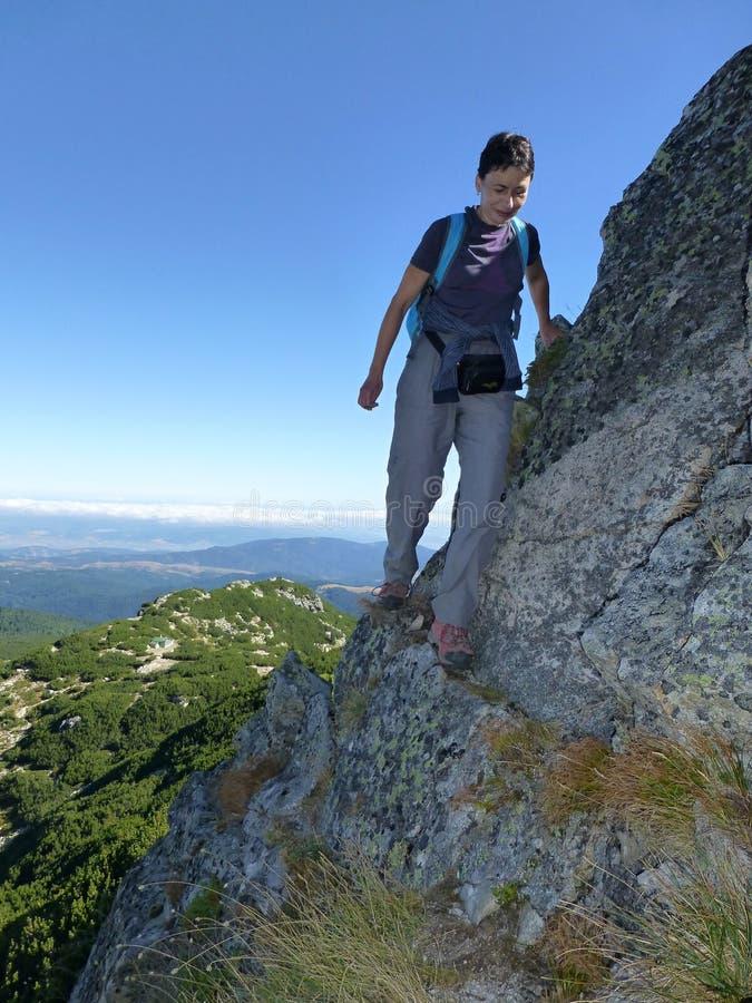 Пересекать путь утеса к верхней части Haramiata в горах Rila стоковое изображение rf