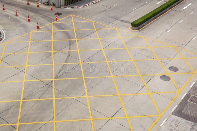 Пересекать с стрелками дорожной разметки белыми и прямоугольники на asphal стоковые фотографии rf