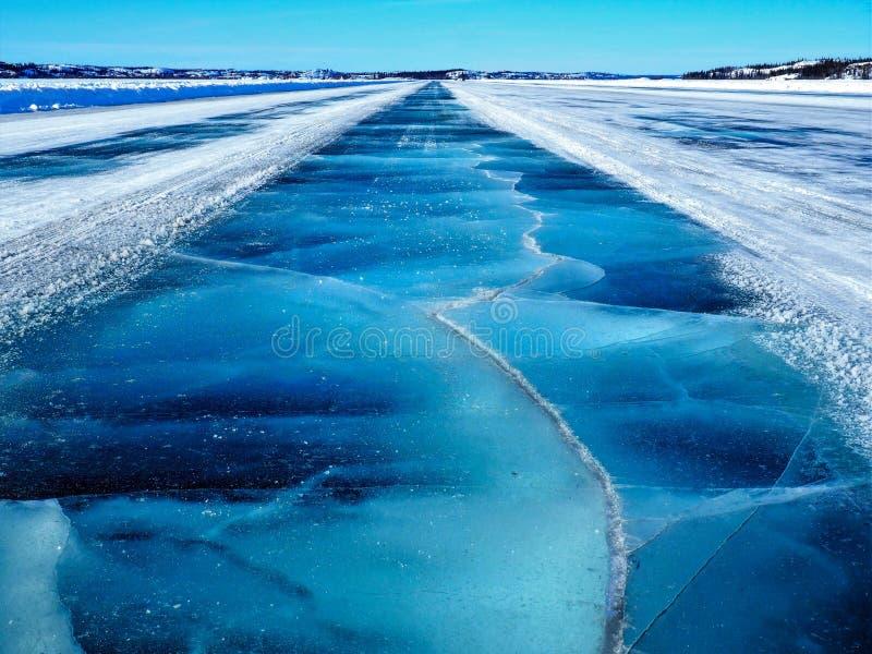 Пересекая, который замерли голубая дорога льда Dettah стоковые изображения rf