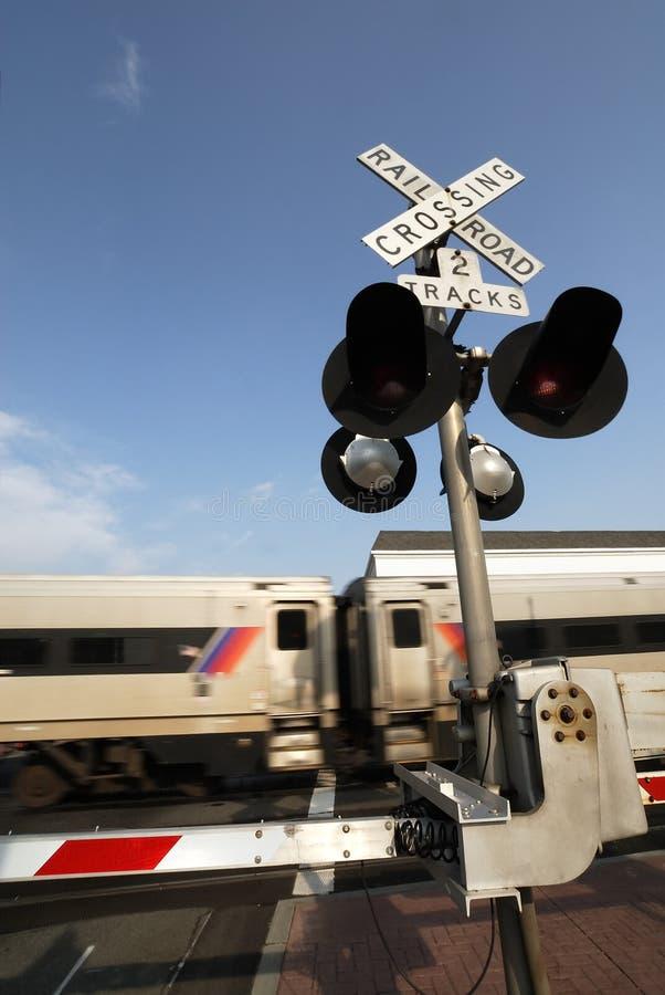 пересекая поезд стоковые изображения rf