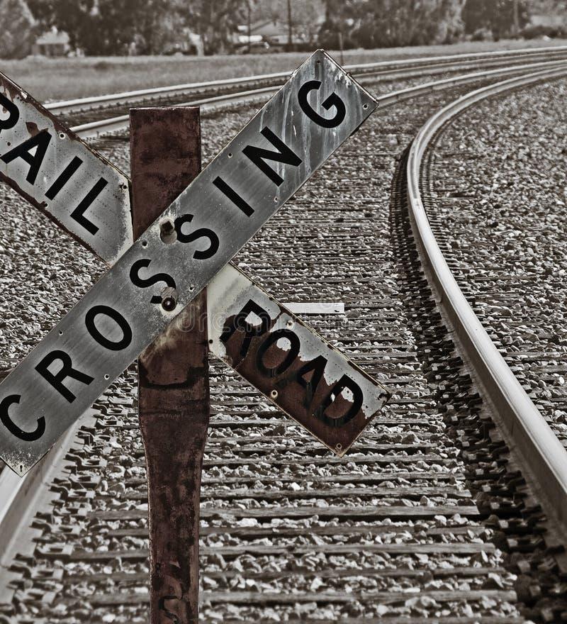 пересекая старый знак железной дороги стоковая фотография