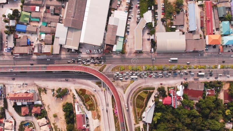 Пересекая шоссе в сельском районе от зеленой плантации от взгляда глаза птицы в Таиланде, взгляда сверху стоковое изображение rf