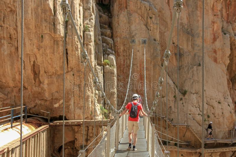 Пересекая cliffes вися мостом с calbes стоковое фото