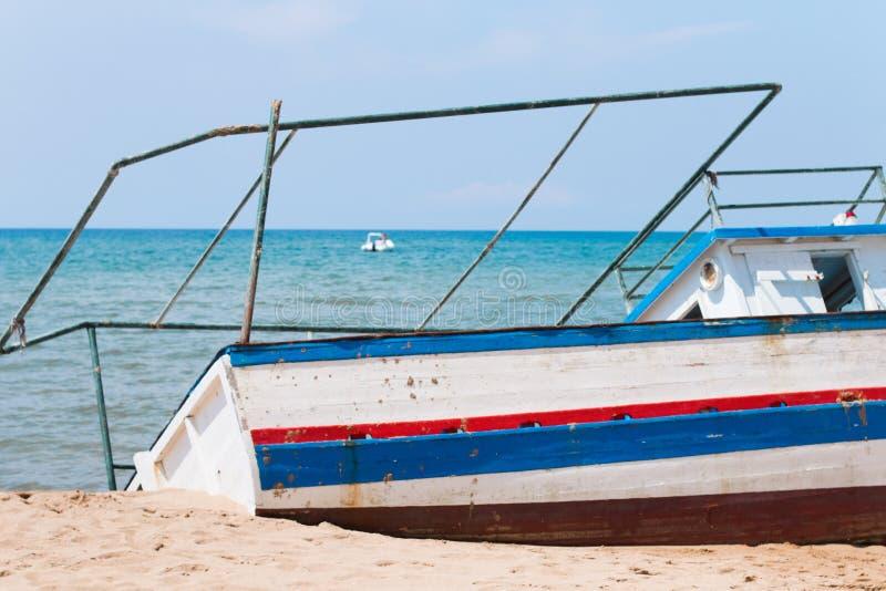 Переселенцевая шлюпка на пляже стоковое фото rf