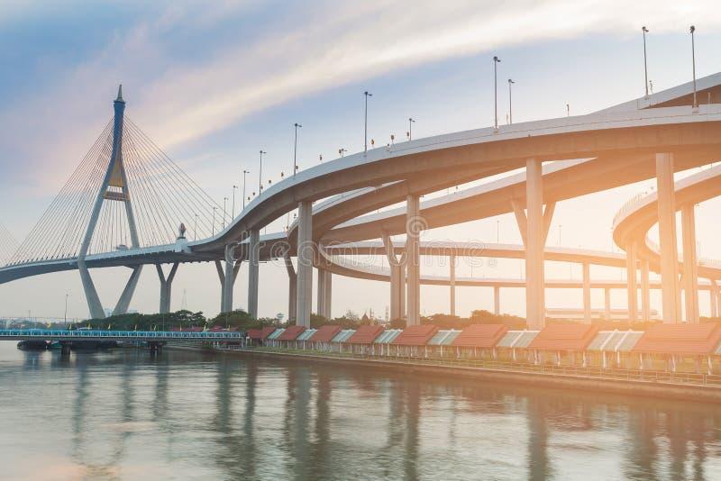 Пересечение висячего моста и шоссе стоковое фото