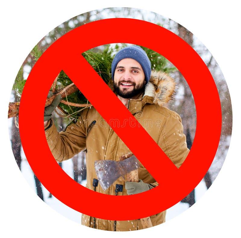 Пересеченный вне красный знак на бородатом человеке lumberjack нося свежо отрезанный вниз с ели и оси рождества в древесинах стоковые изображения rf