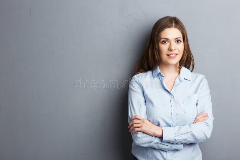 Пересеченный портрет оружий усмехаясь бизнес-леди стоковая фотография rf