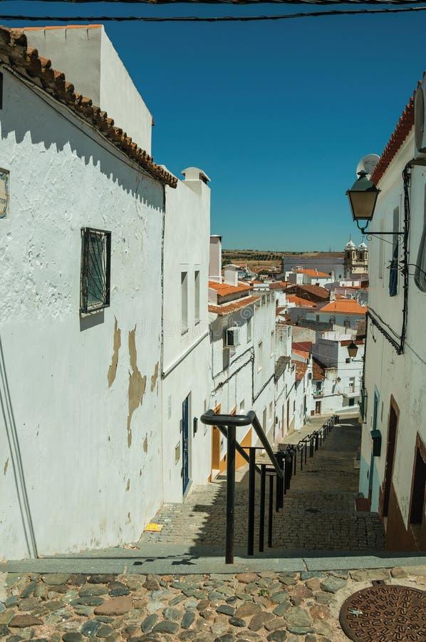 Переулок идя вниз с наклона с шагами среди домов стоковое изображение