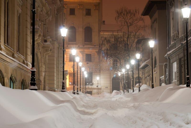 Переулок Snowy на ноче стоковые изображения rf