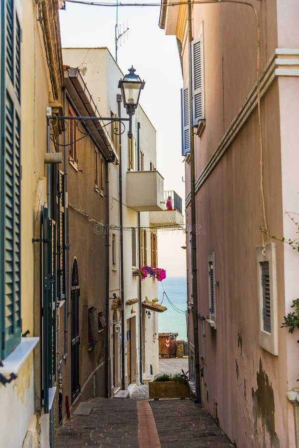 Переулок в Silvi Paese Италии стоковая фотография rf