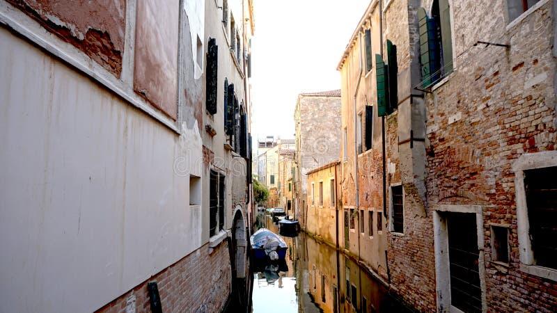 Переулок и канал с старой архитектурой стоковое изображение