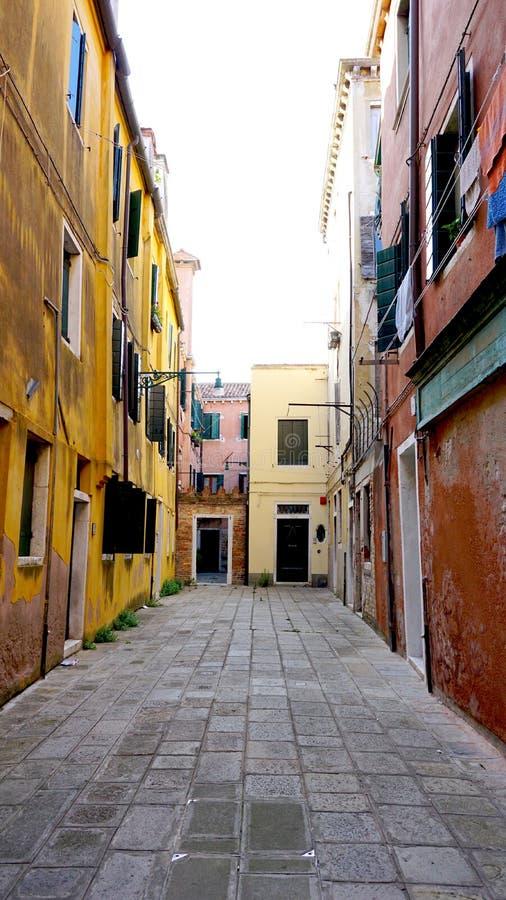 Переулок с старинным зданием стоковые изображения