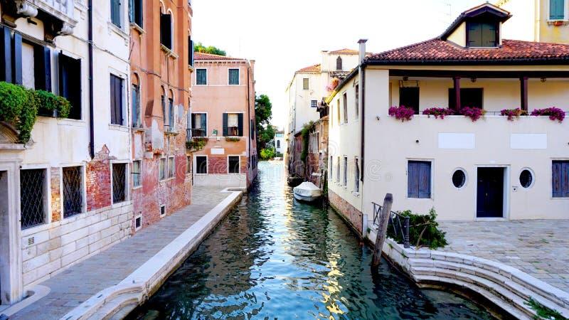 Переулок с старой архитектурой и каналом стоковая фотография rf