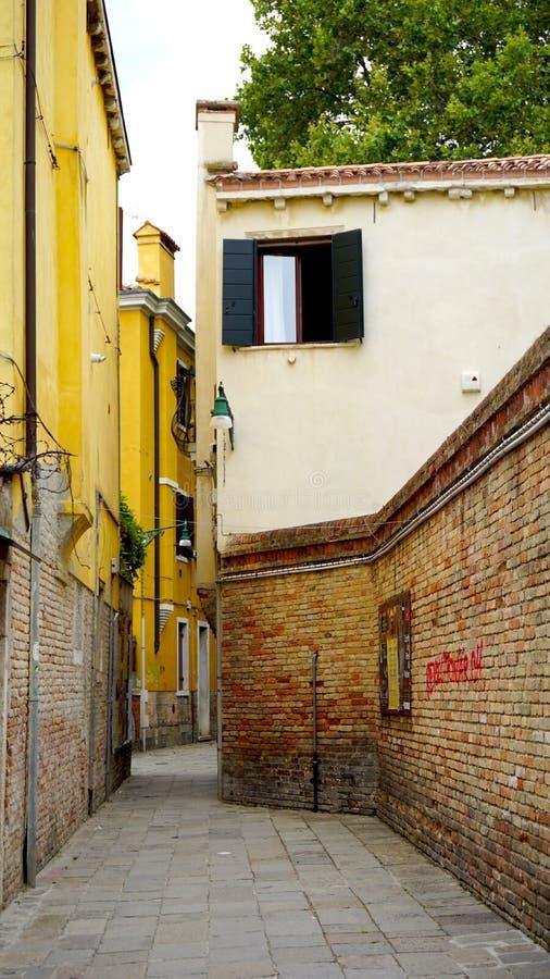 Переулок с старой загородкой кирпича стоковое фото