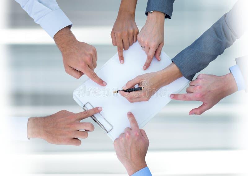 Переход сыгранности при дело peopleworking и указывая на документ стоковые изображения rf