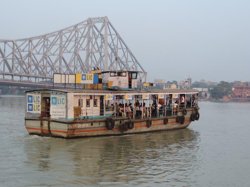 Переход моста Howrah и шлюпки Kolkata стоковое изображение