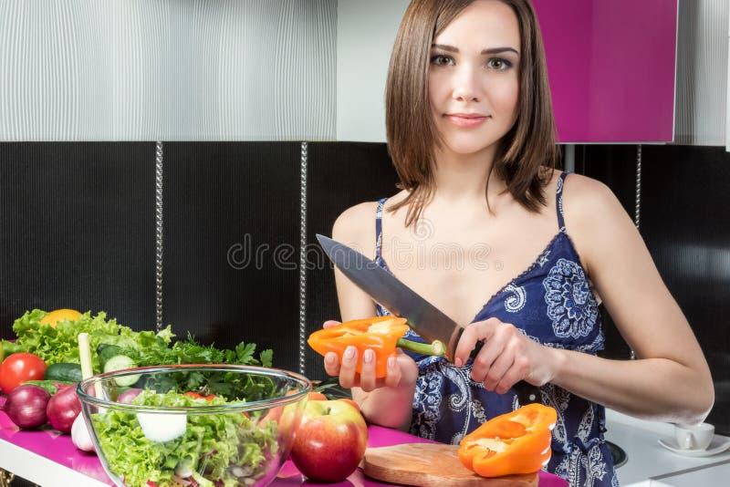 Перец вырезывания в кухне стоковое изображение