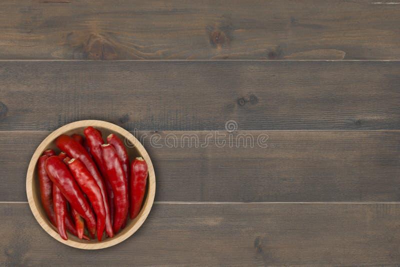 Перец красного Chili в шаре на деревянном столе стоковые фотографии rf