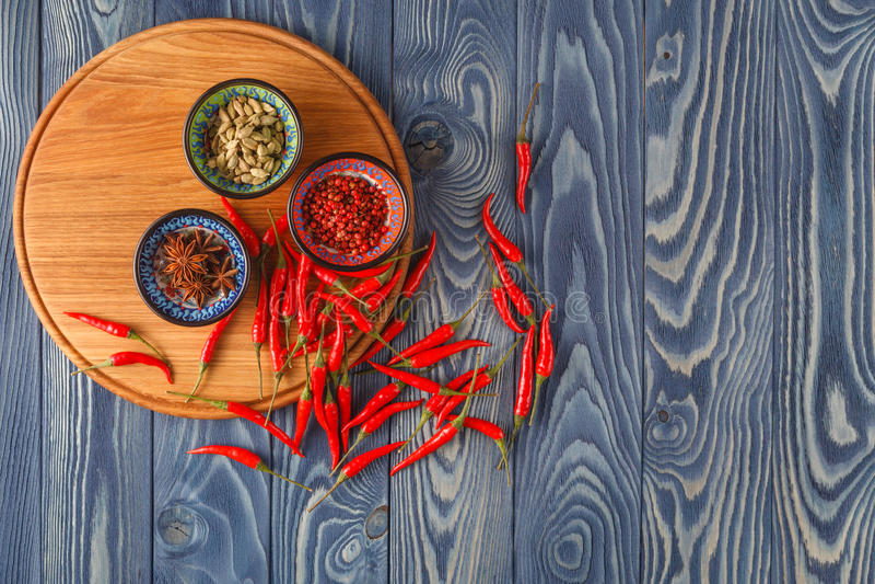 Перец красного chili на деревянной таблице стоковая фотография