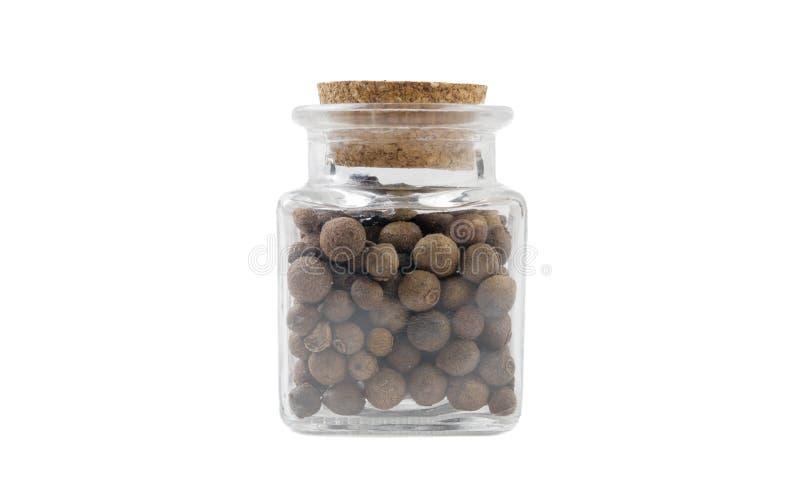 Перец Allspice ямайский в стеклянном опарнике на изолированный на белой предпосылке r специи и пищевые ингредиенты стоковая фотография rf