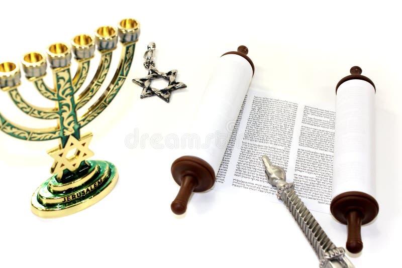 Перечень Torah с menorah, звезда Дэвида и указатель стоковая фотография