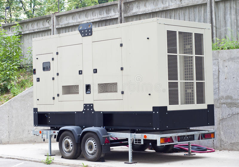 Передвижной тепловозный резервный генератор для офисного здания стоковая фотография