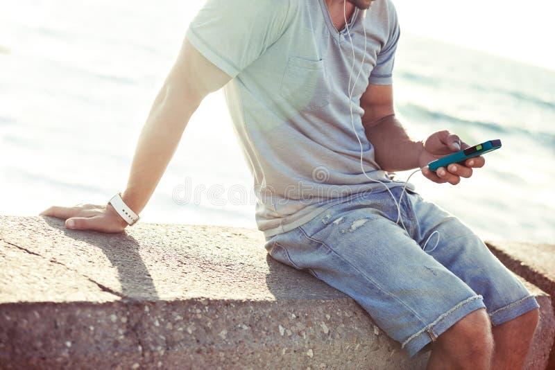 Передвижной smartphone в руках ` s человека стоковое изображение rf
