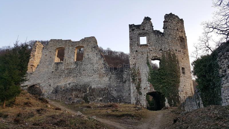 Передние руины каменной стены старого замка Samobor Хорватии на заходе солнца стоковая фотография rf