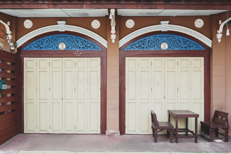 Передний фасад классического китайско-португальского здания на запрете Singha Tha, Yasothon, Таиланде стоковая фотография