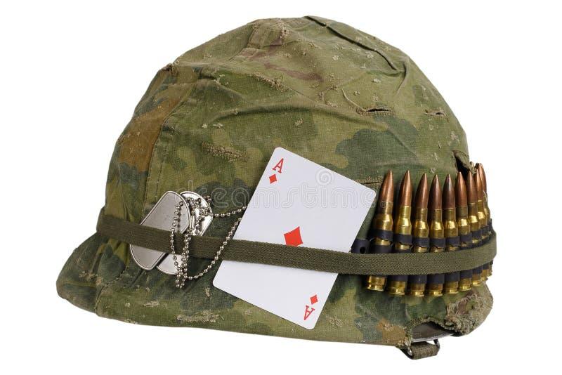 Период война США против Демократической Республики Вьетнам шлема армии США с крышкой камуфлирования и поясом боеприпасов, регистр стоковые изображения