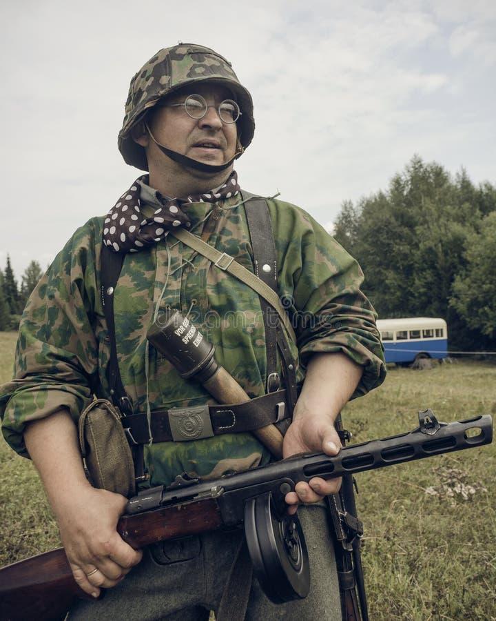 ПЕРМЬ, РОССИЯ - 30-ОЕ ИЮЛЯ 2016: Исторический reenactment Второй Мировой Войны, лето, 1942 Немецкий солдат с пистолет-пулеметом стоковая фотография
