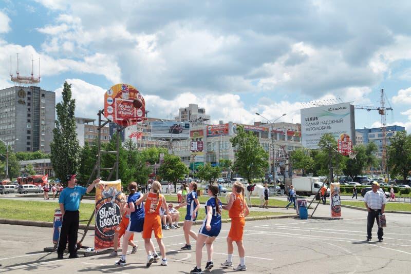 ПЕРМЬ, РОССИЯ - 13-ОЕ ИЮНЯ 2013: Игра девушек на путешествии баскетбола молодости стоковое изображение