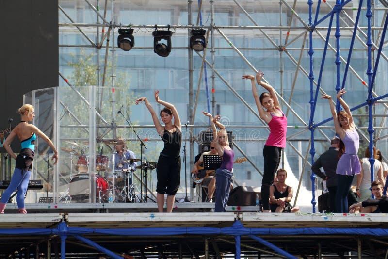 ПЕРМЬ, РОССИЯ - 17-ОЕ ИЮНЯ 2013: Танец девушек на репетиции на этапе стоковое фото