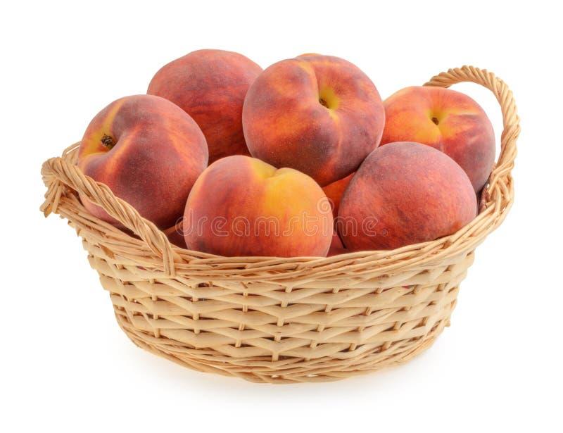 Персики в изолированной корзине стоковое фото rf