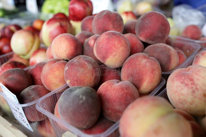 Персики в коробках стоковые изображения rf