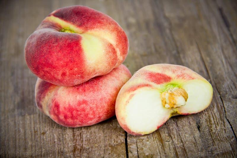 Персики на деревянной доске стоковое изображение rf