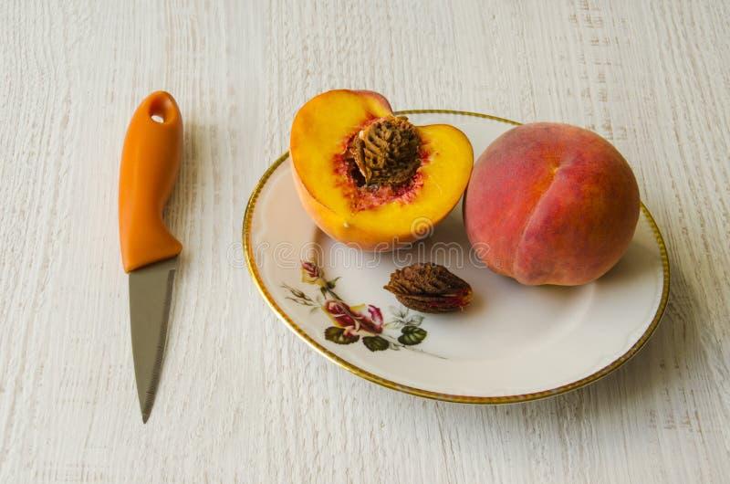 Персики на плите стоковые фото