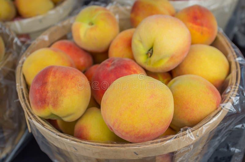 Персики Succulent корзины стоковые фото