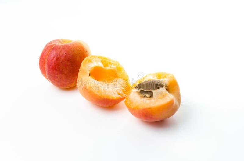 персик Красный желтый персик на белой предпосылке стоковая фотография