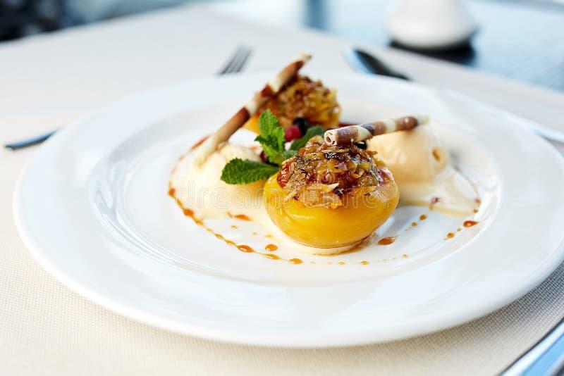 Персик с завалкой гайки и мороженым ванили стоковое изображение rf